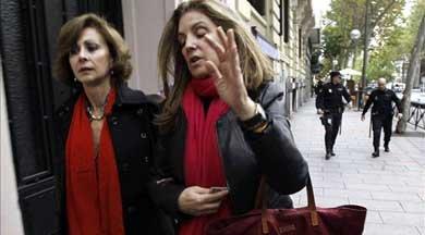 Rosalía Iglesias (d), esposa del extesorero del PP Luis Bárcenas, y su abogada, María Dolores Márquez de Prado (i), en las inmediaciones de su domicilio, en Madrid. EFE/Archivo
