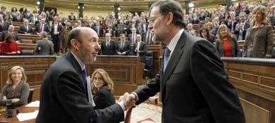 Pérez Rubalcaba felicitaba a Mariano Rajoy cuando fue investido como presidente del Gobierno (EFE)