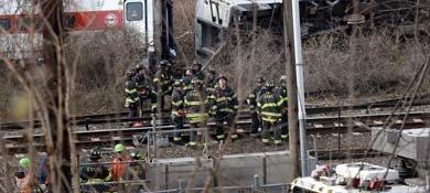 Los bomberos continúan trabajando en la zona del accidente. (Efe)