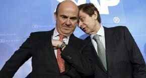 El presidente de Bankia, José Ignacio Goirigolzarri (d), junto al ministro de Economía, Luis de Guindos. (EFE)