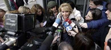 Esperanza Aguirre atiende a los medios a su salida de la sede del PP en Madrid. (EFE)