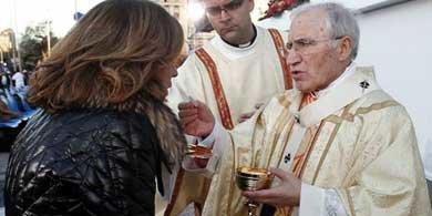 Ana Botella, en el momento de recibir la Comunión de manos de Rouco Varela. (EFE)