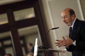 Rubalcaba dice que le 'avergüenza' como español que sólo Le Pen aplauda la reforma del aborto
