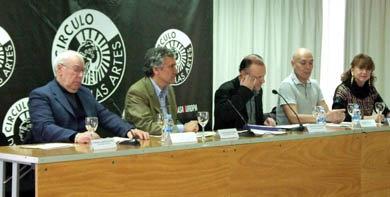 """La mesa que presidió el acto. A la derecha de la imagen, Ligia Mihaila: Coordinadora del concurso. En el extremo izquierdo, Gabriel Avila, presidente de """"CasaChile"""" Madrid, miembro del Jurado."""