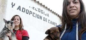 Carmen Vega y Patricia Gordón, en la perrera municipal. :: PAKOPÍ