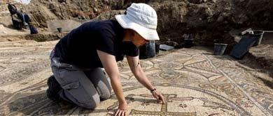 El arqueólogo Davida Eisenberg-Degen señala el suelo de mosaico de una iglesia datada en la era Bizantina, descubierto en los últimos dos meses en Moshav Aluma, Israel