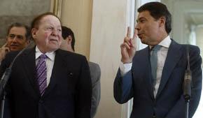 González junto al empresario Adelson