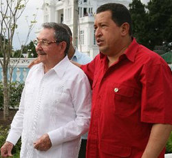 Raúl Castro (i) dice que la OEA debería desaparecer. En la imagen, junto al presidente venezolano Hugo Chávez