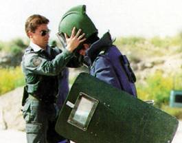T�cnicos en desactivacion de explosivos (TEDAX) de la Guardia Civil espa�ola. La desactivaci�n de explosivos es una de las tareas m�s arriesgadas que se pueden desempe�ar.