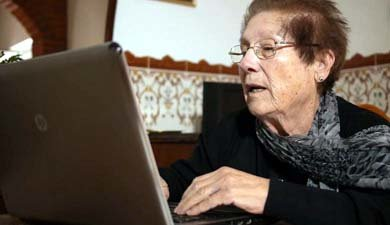 Josefa Herrada, escribiendo en su vivienda
