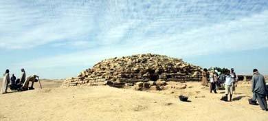 Arqueólogos trabajando cerca de la pirámide de Edfú. / UNIVERSIDAD DE CHICAGO