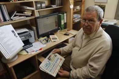 José Antonio Sierra en su casa de Málaga, completando una de sus guías para trabajar fuera de España. ARCINIEGA