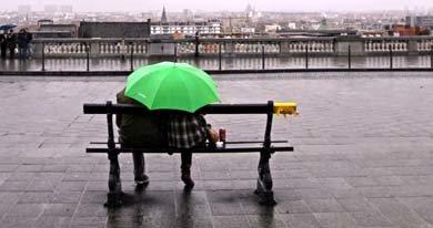Una pareja se protege de la lluvia durante un día de invierno en Bruselas. (Reuters)
