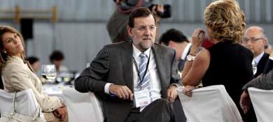 El presidente del Gobierno, Mariano Rajoy, conversa con Esperanza Aguirre. Al fondo, María Dolores de Cospedal. (EFE)