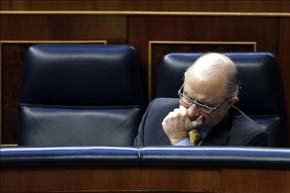 El ministro de Hacienda, Cristóbal Montoro, durante la sesión de control al Ejecutivo que hoy celebra el Congreso de los Diputados. EFE