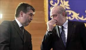 El ministro del Interior, Jorge Fernández Díaz (d), conversa con el director general de la Policía, Ignacio Cosidó, durante el acto de la Policía. EFE