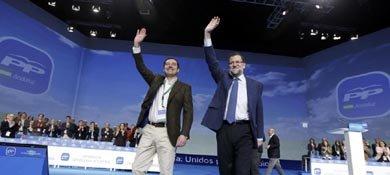 Juan Manuel Moreno y Mariano Rajoy, en la clausura del Congreso del PP andaluz. (Efe)