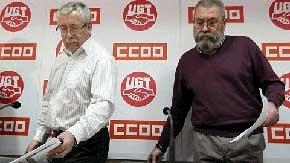 El secretario general de UGT, Cándido Méndez, (d) y el secretario general de CC.OO., Ignacio Fernández Toxo