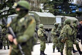 Hombres armados sin identificar realizan controles en el Parlamento de Crimea (Efe).
