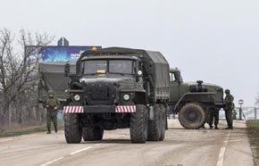 Camiones militares rusos en la entrada del aeropuerto de Belbek, en Crimea (Reuters).
