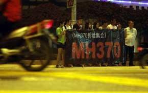 Malasios rezan por los pasajeros del avión desaparecido en Kuala Lumpur (Reuters).
