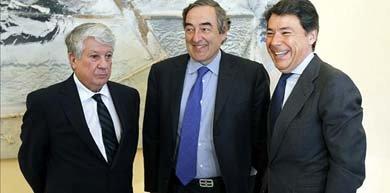 El presidente de la patronal madrileña, Arturo Fernández, junto al presidente de la CEOE, Joan Rosell, y el presidente de la Comunidad de Madrid, Ignacio González. EFE/Archivo
