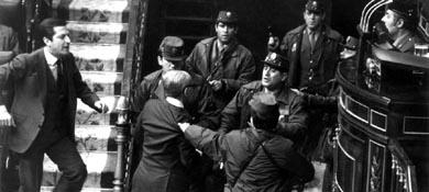 Tejero y otros 200 guardias civiles secuestran durante 16 horas a los diputados en el Congreso el 23F de 1981 (EFE).