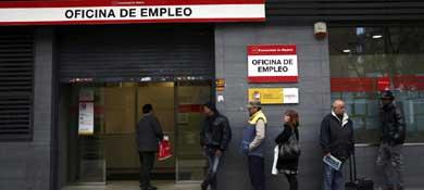 Fila en una oficina de empleo de Madrid (Reuters)