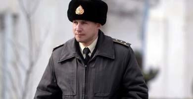 Un oficial ucraniano abandona la base Novoozerne después de ser tomada por fuerzas rusas