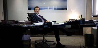 Mariano Rajoy posa en su, remodelado con dinero negro, despacho de la calle Génova / Foto PP