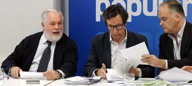 Floriano, Cañete y Pons mantuvieron el pasado lunes su primera reunión de preparación de la campaña (EFE).