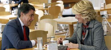 Ignacio González, con la expresidenta de la Comunidad de Madrid, Esperanza Aguirre. (Efe)