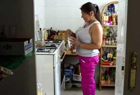 Una mujer boliviana en su casa de Cádiz, en 2013. / Román Ríos
