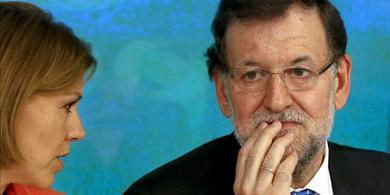 El presidente del Gobierno, Mariano Rajoy, junto a la secretaria general del PP, María Dolores de Cospedal, durante la reunión del Comité Ejecutivo Nacional para analizar los resultados de las elecciones al Parlamento Europeo / EFE