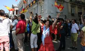 Una ciudadana celebra vestida de sevillana la proclamación de Felipe VI. Foto: Luis Marchal