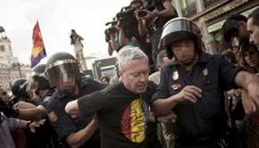La Policía Nacional al expolítico Jorge Vestrynge (c), en la concentración a favor de la república y del derecho a decidir que se celebró en la Puerta del Sol. EFE