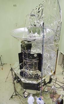 Técnicos de la Agecia Espacial Europea ponen a punto el telescopio Herschel.