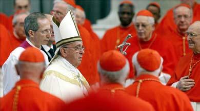 El papa Francisco rodeado de cardenales hoy a su llegada al consistorio en la Basílica de San Pedro en Ciudad del Vaticano. EFE