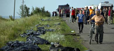 Cuerpos de las víctimas yacen a un lado de la carretera en el lugar de la catástrofe, en el Este de Ucrania (Reuters).