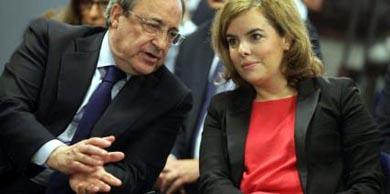 La VP del Gobierno Soraya Sáenz de Santamaría  y el presidente del Real Madrid Florentino Pérez