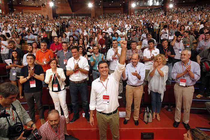 Pedro Sánchez arropado por destacados dirigentes del partido. Foto: PSOE