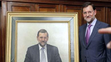 Mariano Rajoy posa junto a su retrato como exministro de Educación (EFE)