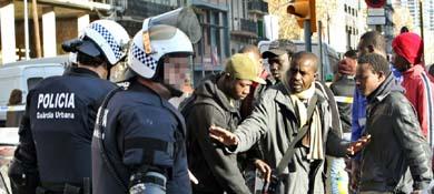 Desalojo de una veintena de personas en Poblenou, Barcelona. (Efe)