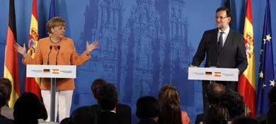 El presidente del Gobierno, Mariano Rajoy y la canciller alemana, Angela Merkel, durante la rueda de prensa conjunta que ofrecieron este lunes (Efe)