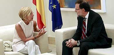 El presidente del Gobierno, Mariano Rajoy, conversa con la líder de UPyD, Rosa Díez (Efe)