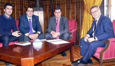 El alcalde de Valmojado, Jesús Agudo (2d) y el presidente de la Diputación de Toledo (1d), Arturo García-Tizón. VALMOJADO.COM