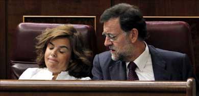 El líder del PP, Mariano Rajoy, junto a la portavoz Soraya Saenz de Santamaría / EFE