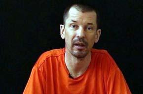 John Cantlie en el vídeo que critica a los gobiernos de EE.UU. y Reino Unido por no negociar la liberación de los rehenes del Estado Islámico
