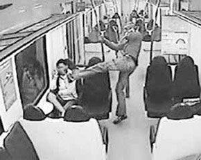 Fotograma de la cobarde agresión racista contra una menor ecuatoriana de 16 años perpetrada por un neonazi español en el metro de Barcelona
