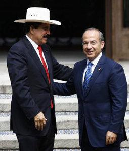 El presidente mexicano Felipe Calderón sonríe junto al depuesto presidente hondureño Manuel Zelaya, en la reunión que ambos han mantenido en la residencia presidencial de Los Pinos, México.